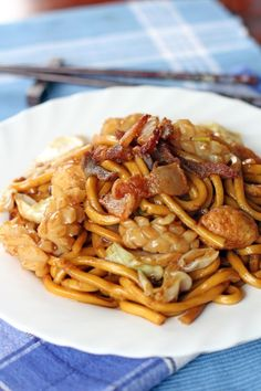 Hokkien Mee or Hokkien Char Mee is a type of dish made out of thick yellow noodles cooked in thick dark gravy made with dark soy sauce, pork, squid, fish cake/balls, cabbage and crispy fried pork fat. Noodle Recipes, Pork Recipes, Asian Recipes, Cooking Recipes, Ethnic Recipes, Yummy Recipes, Malaysian Cuisine, Malaysian Food, Polenta