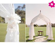 Precioso altar para bodas de decoración romántica con telas blancas. Si te vas a casar en un jardín privado estas opciones de altares para bodas son mis favoritas