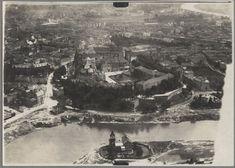 Wzgórze Wawelskie z zamkiem królewskim i katedrą. Na brzegu Wisły od strony Dębnik widać jeszcze Willę Rożnowskich - okazały budynek, wybudowany w 1891 roku. W okresie międzywojennym w willi miała siedzibę Dyrekcja Dróg Wodnych. Po powodzi w 1934 roku zapadła decyzja o zburzeniu budynku (ostatecznie zniknął cztery lata później). Cypel został w tym miejscu ścięty.