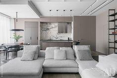 Гостиная-кухня. Диван, Minotti; круглый стол и стулья, Sovet; стеллаж и кухня, Modulnova; свет, Giopato & Coombes.