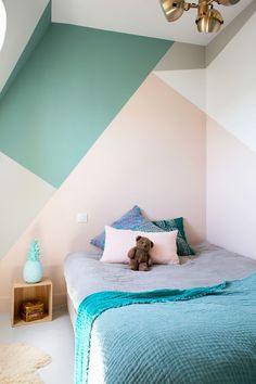 Ideas originales para pintar las paredes de la habitación de los niños. Última tendencia en decoración infantil, puedes pintarlas a mitad, con terminación zig -zag o crear tus propias composiciones geométricas combinando colores.