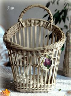 Bamboo Weaving, Willow Weaving, Basket Weaving, Baskets On Wall, Hanging Baskets, Wicker Baskets, Newspaper Basket, Newspaper Crafts, Recycled Crafts