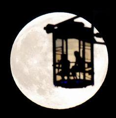 まんまる中秋の名月 夜空に恋人たちのシルエット