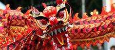 Continuamos con nuestro especial del Año Nuevo Chino: La Danza China del Dragón  http://ladanzadevida.com/la-danza-china-del-dragon/ La Danza China del Dragón es una danza tradicional que se suele representar al final de la llegada del año nuevo chino, en ella varios artistas sostienen una estructura que representa un dragón de gran tamaño y actuando coordinadamente para que este se mueva de forma fluida dando la impresión de que ese gran dragón está bailando.
