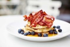 18 of the best brunch spots in London. Whether you're after bottomless Bloody Marys, avo-on-toast or eggs with sunny-side-up views of the city, here's where to find the best brunch in London Pancakes Ricotta, Tasty Pancakes, Halloumi, Time Out, Where To Eat London, Urban Eats, Pancake Restaurant, Pancake Place, Resto Paris