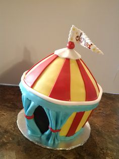 Carnaval circus tent - Made from the large cupcake pan Large Cupcake Cakes, Big Cupcake, Cupcake Birthday Cake, Giant Cupcakes, First Birthday Cakes, Cupcake Ideas, Birthday Ideas, Carnival Birthday, Mardi Gras