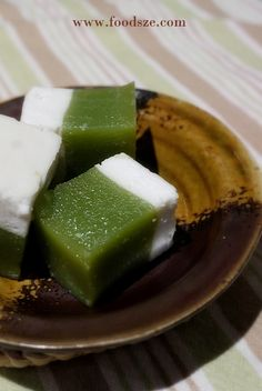 Asian cake - my all time favourite Kuih Talam Continuing on with my Kuihmaking frenzy, I now present you this mouthwatering Kuih Talam a soft and springy treat combining the sweetness and fragrance o… Malaysian Cuisine, Malaysian Food, Malaysian Recipes, Asian Snacks, Asian Desserts, Chinese Desserts, Dessert Dishes, Dessert Recipes, Nyonya Food