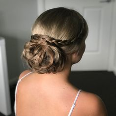 23 Cute Prom Hairstyles Guaranteed to Turn Heads This Year! 23 Cute Prom Hairstyles Guaranteed to Turn Heads This Year!Cindy was a hairstylist and colorist from Las Vegas, NV and transitioned to becom Cute Prom Hairstyles, Romantic Hairstyles, Side Hairstyles, Latest Hairstyles, Honey Blonde Hair, Blonde Hair Looks, Haircut Styles For Women, Hair Styles, Prom Hair Updo Elegant