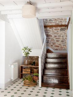 Recibidor rústico con escalera con peldaños de madera . Con sabor a campo Staircase Storage, Staircase Design, Italian Farmhouse, Room Wall Colors, Staircase Remodel, Farmhouse Renovation, Inside Home, Interior Decorating, Interior Design