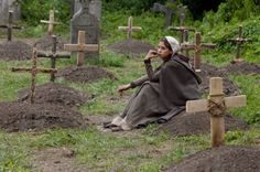 Martha sitting in the Kingsbridge Graveyard. I feel so sorry for her, despite gaining family such as Jack and Ellen she looses her mother, father and brother all throughout her life. Story Inspiration, Story Ideas, Character Inspiration, I Robot, Leather Bound Books, Miscellaneous Things, Smile Because, Medieval Fantasy, Historical Romance