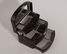 Black jewelry box which takes care of your best jewelry.   (Sort Sima smykkeskrin - Online pris kun 749,00 kr. hos KAZA.DK)