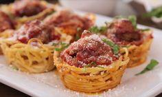 Spaghetti met gehaktballetjes:altijd goed, maar op deze manier helemaal een feestje! Dit heb je nodig voor 12 spaghetti-muffins: - 170 gram spaghetti - 1,5theelepeltjes olijfolie - bakspray -90gram geraspte Parmezaanse kaas - 500 gram pastasaus - 12 voorgekookte gehaktballetjes - muffin bakblik Zo maak je het: - Kook de spaghetti zoals aangegeven op de verpakking…