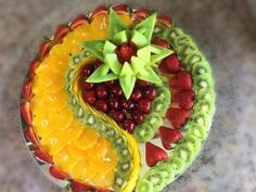 Presentations to make with fruits and vegetables - Food Carving Ideas Fruit Buffet, Fruit Dishes, Party Food Platters, Food Trays, Fruit Platter Designs, Fruit Presentation, Fruits Decoration, Fresh Fruit Cake, Food Carving