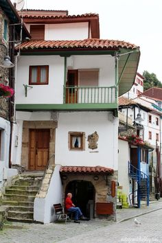 Asturias en Domingo · Sunday Asturias: Cudillero - Vintage & Chic. Pequeñas… Ceramic Houses, Mansions, House Styles, Travel, Home Decor, Style At Home, Traveling, Domingo, Places