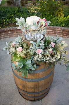 Whiskey barrel table for wedding cake @weddingchicks
