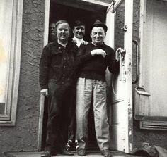 """Sata vuotta sitten syntynyt Olavi Virta oli Suomen todellinen äänikuningas. / Kuvateksti vuodelta 1971 kertoo: """"Mestari Virta kesti yhtyeen viimekesäisen Lapin-kiertueen sitkeästi loppuun saakka. Mutta lähtö Kouvolasta olikin hilpeä, kuten mestarista näkee. Oik. Olavi Virta, Olavi Vitikainen ja Raimo Saari."""" (kuva)"""