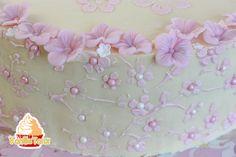 Eine schlicht und elegant dekorierte Geburtstagstorte.Ideal nicht nur für kleinePrinzessinnen :) .