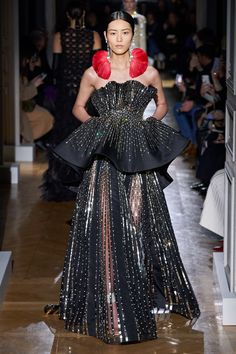The complete Valentino Spring 2020 Couture fashion show now on Vogue Runway. Elie Saab Couture, Valentino Couture, Valentino Dress, Style Haute Couture, Spring Couture, Fashion Show Collection, Couture Collection, Valentino Garavani, Vestidos Valentino