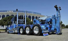 Roberto Madrigal started the project off by stretching and doubling the frame. After that, an extra drop-axle was added. Then, Kelvin installed a Zacklift DTU (detachable towing unit) rated at 45,000 kg (100,000 pounds) to the Freightliner's fifth wheel.