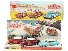 CORGI TOYS (GB) GS38 Coffret-cadeau 'Rallye de MONTE-CARLO 1965' -.c importante déchirure sur une grande partie du coffret (un morceau de ruban adhésif) - avec diorama (état 'b') - contient : MINI COOPER 'S' Rallye 'MONTE CARLO' 1965 (état 'D', 3 décalques plus ou moins incomplets), ROVER 2000 'Rallye de MONTE-CARLO 1965' (état 'B', une micro-trace de peinture sur le côté gauche de la carrosserie, quelques manques plus ou moins importants sur 2 décalques) & CITROËN DS 19 'RALLYE MONTE-CARLO… Citroen Ds, Monte Carlo Rally, Corgi Toys, Metal Toys, Mini Cooper S, Collector Cars, Diecast Models, Vintage Toys, Automobile