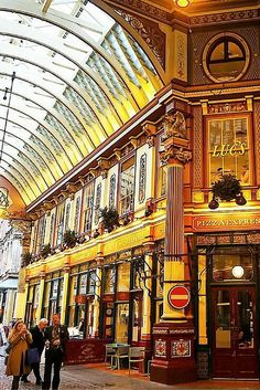 5-day London itinerary for first-time visitors. Perfect budget guide to see all the popular attractions in just five days. Love this photo of Leadenhall Market.