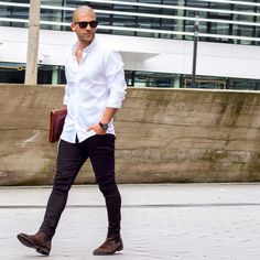 Smart White Shirt Outfit Ideas For Men How To Wear White Shirt For Men. check out these amazing summer outfit ideas you can try with your white shirt. White Shirt Outfits, White Shirt Men, Crisp White Shirt, Moda Blog, Look Man, Mens Fashion Blog, Men's Fashion, Fashion Sale, Fashion Outlet