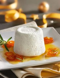 Raffiniert und doch mega-einfach: Joghurt-Rosmarin-Mousse mit Kumquat-Soße: http://kochen.gofeminin.de/rezepte/rezept_joghurt-rosmarin-mousse-mit-kumquatso-e_327051.aspx