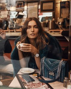 The Michael Michael Kors Fall 2018 ad campaign spotlights everyday opulence and refined ease in the streets of New York City, specifically the archetypal Manhattan neighbourhood that is the Upper East Side. Michael Kors Fall, Michael Kors Outlet, Handbags Michael Kors, Fashion Shoot, Look Fashion, Editorial Fashion, Trendy Fashion, Fashion Bags, Runway Fashion