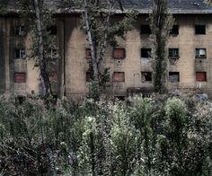 """Tamas DEZSO  Roma Ghetto (Budapest, Hongrie, 2010) (série """"Here, Anywhere"""")  C-Print  100x120 cm / édition de 6"""