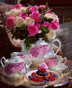 Good Morning Roses, Good Morning Coffee, Coffee Presentation, Pink Tea Cups, Tea Party Table, Tea Cookies, Coming Up Roses, Breakfast Tea, Flower Graphic
