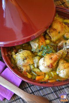Tajine di pollo e verdure, un piatto unico nordafricano e in particolar modo marocchino, preparato nella tradizionale pentola da cui prende il nome.