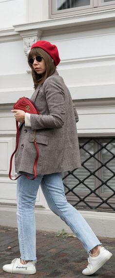 Herbst Outfit Nummer 1 der 10x10 Challenge - Helle Jeans, karierter Blazer und Streifenpullover mit weißen Sneakern, Gucci GG Marmont Tasche und Baskenmütze.