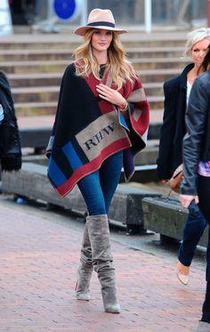 CAPE: Rosie Huntington-Whiteley wearing her Burberry Monogrammed Blanket Poncho Fashion Week, Love Fashion, Fashion Models, Fashion Trends, Fall Winter Outfits, Autumn Winter Fashion, Fall Fashion, Street Fashion, Make Up Braut