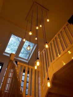 Watervallamp, gemaakt met 12 lampen die als een waterval het trappenhuis en gang verlichten. Hallway Lamp, Stairway Lighting, Foyer Chandelier, Fancy Houses, Bedroom Lighting, Ceiling Design, Apartment Design, Victorian Homes, Home Interior Design