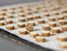 מתכון לקלאסיקה הבלתי מעורערת של העוגיות הצרפתיות - בצק עשיר וחמאתי, עטוף בסוכר ואפוי עד הזהבה. תוספת קטנה של קוקוס טחון נותנת טוויסט לא צפוי לטעם