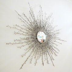 Espejo redondo, diseño inspirado en las bayas de goji, marco niquelado.