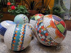 Esferas en mosaico, livianas, flotan en el agua. Worshop info@jatonmosaicstudio.com