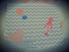 """τετράγωνο μονόκαρτο προσκλητήριο με σχέδιο chevron στο φόντο σε αποχρώσεις """"λερωμένου""""γαλάζιου και γκρι"""