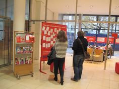 Täglich besuchen Dutzende Interessierte das Willy-Brandt-Haus und bleiben an der Dialogwand des Bürger-Dialoges stehen. Sie schauen nach, welche Vorschläge bereits eingegangen sind und heften ihre Ideen und Themen an die Wand. Im Oktober war es u.a. eine StudentInnengruppe aus Bremen, die auch an einer Hausführung und politischen Diskussion teilgenommen hat.