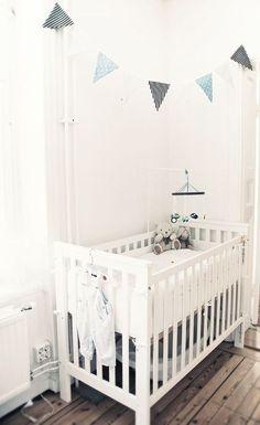 decoração quarto de bebê com bandeirinhas preto e azul, berço branca com ursinhos