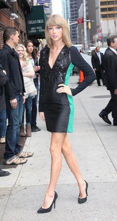 Тейлор Свифт в черно-зеленом мини платье и туфлях лодочках