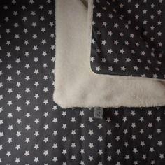 Couverture d'appoint idéale dès la naissance, très douce et épaisse, une face grise pasemée d'étoiles, l'autre blanche