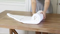 How to Fold Towels to Save Room Not only do these space-saving towel folding techniques streamline your linen shelves, but they also add a bit of hotel luxury to your home. Konmari, Hang Towels In Bathroom, Bathroom Towel Storage, Kitchen Towels, Towel Shelf, Folding Bath Towels, Fold Towels, Hotel Towels, Spa Towels