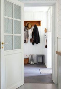 Petrin ja Emilian kakkoskoti löytyi idyllisestä Mathildedalista – Kotiliesi.fi Petra, Entrance, Entryway, Furniture, Home Decor, Decoration Home, Room Decor, Mudroom, Home Furnishings