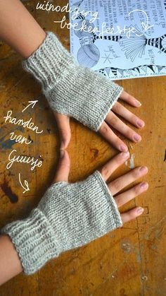 ingthings: Knitted mittens (really easy) instructions use translate button on site Knitted Mittens Pattern, Fingerless Gloves Knitted, Knit Mittens, Knitting Patterns Free, Hand Knitting, Crochet Patterns, Free Pattern, Wrist Warmers, Hand Warmers
