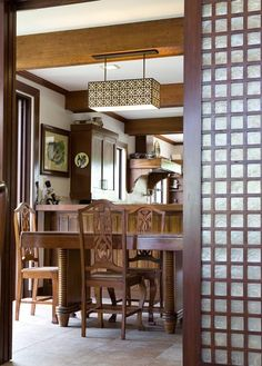 Capiz windows in traditional philippine-style homes Modern Filipino Interior, Modern Filipino House, Filipino Architecture, House Architecture, Bali Style Home, Philippines House Design, Philippine Houses, Tropical Houses, Small Living Rooms