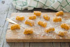 Gli gnocchi di zucca senza uova sono semplicissimi da preparare. Portano in tavola un po' di colore e si abbinano facilmente a molti condimenti.