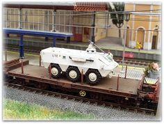 Maqueta estación con marquesina. Escala H0.  Ministerio de Defensa de España.  Convoy militar. Vagón PMM Rmms transportando vehículo BMR en misiones de paz de la ONU. Escala H0.