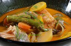 Mes légumes du frigo le jour de la photo : 1 navet, 2 carottes, 2 oignons, 2 courgettes jaunes, quelques pleurotes et une botte d'asperges vertes cuits 15 mn dans du lait de coco (conserve 400 ml), la même quantité d'eau, et une cuiller à soupe de pâte de curry rouge J'ai ajouté des morceaux de saumon cru, pendant la dernière minute de cuisson. Servir avec du riz. Thai Red Curry, Ethnic Recipes, Food, Rice, Onions, Asparagus, Carrots, Vegetable Curry, Yellow Zucchini