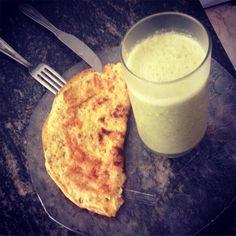 Café da manhã low carb: Suco verde (abacaxi gengibre couve água de coco e chia) e omelete com 2 ovos cúrcuma orégano e flocos de amaranto  #eatclean #lowcarb #healthy #healthyfood #healthystyle #vemcomanutri #30tododia #teamnutriraquelcastro #rcnutri #bemestar #qualidadedevida #alimenteestaideia #dicadanutri #fit #fitness #wellness #nopainnogain #vidasaudavel #nutrition by rcnutri